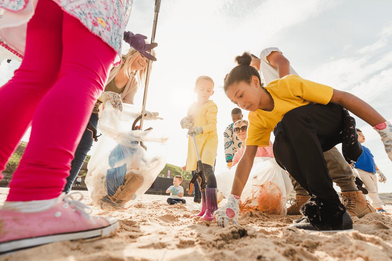 Crianças limpando uma praia